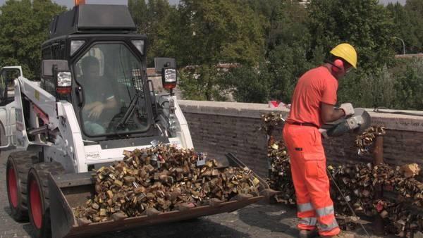 Love locks removed from Rome bridge