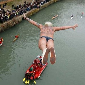 Divers take New Year plunge in Rome
