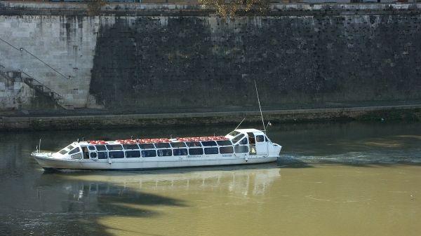Rome suspends Tiber cruises
