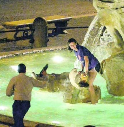 Piazza Navona fountain damaged