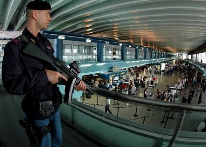 American air hostess with gun arrested at Fiumicino