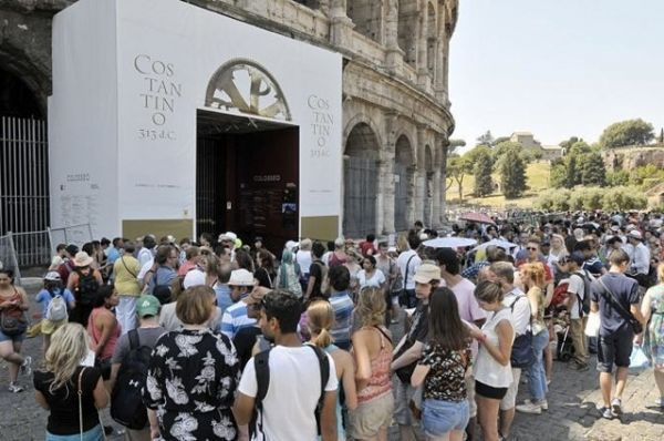 Rome tourists battle strikes in heat wave