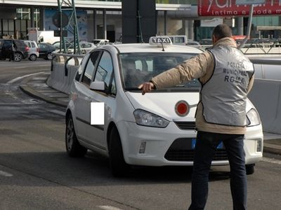 Tourists trapped in illegal taxi at Rome airport