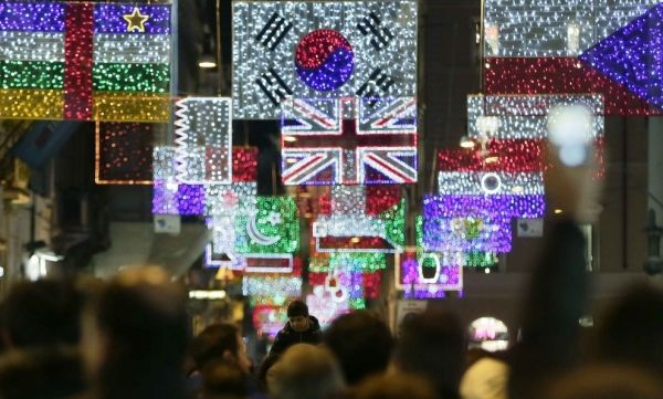 Rome's Christmas lights herald Milan Expo