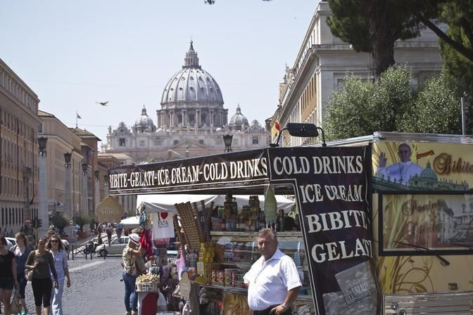 Rome bans street traders from St Peter's