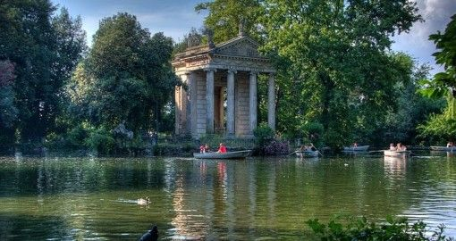Rent rowing boats on Villa Borghese lake