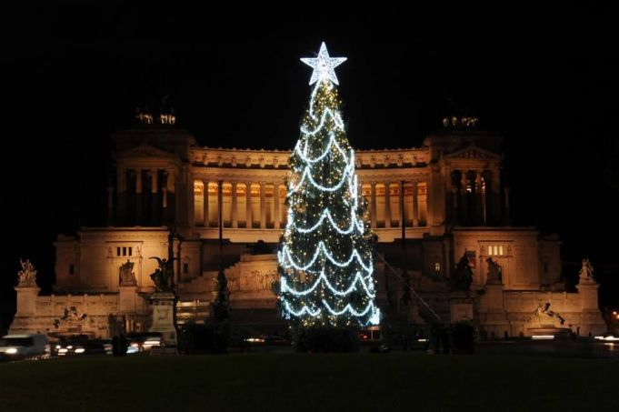 Rome redecorates Christmas tree