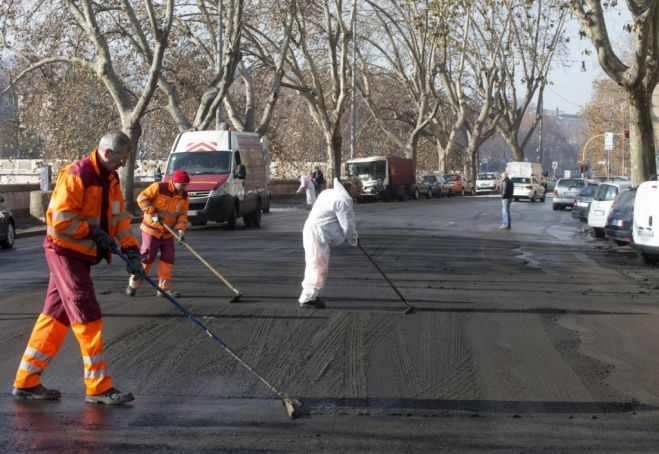 Cleaning up after the starlings on the Lungotevere.
