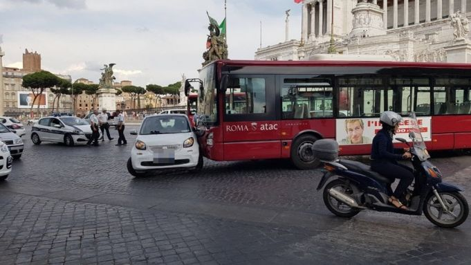 Driverless city bus crashes in Rome's Piazza Venezia