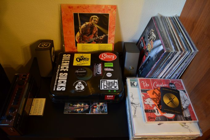 150 Vinyls, Deck Turntable, Bose Speakers
