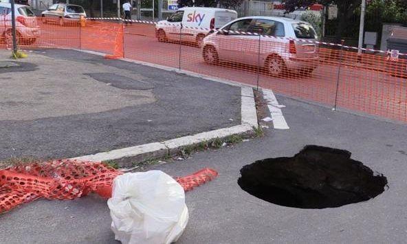 Six-metre deep sinkhole on Rome street