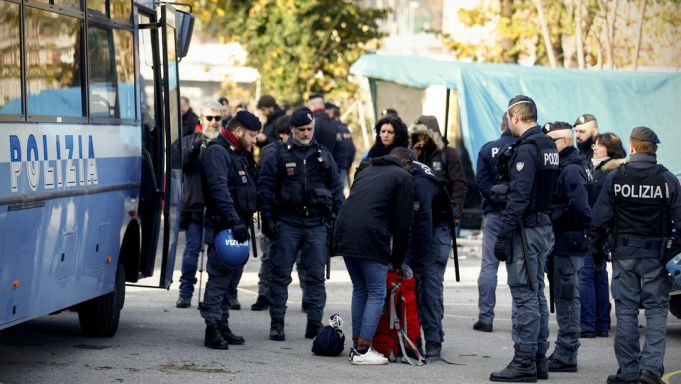 Rome police clear Baobab migrant centre