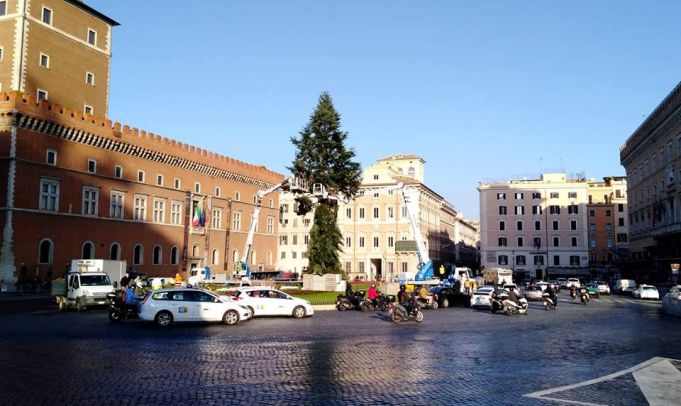 Rome's Christmas tree becomes #Spezzacchio