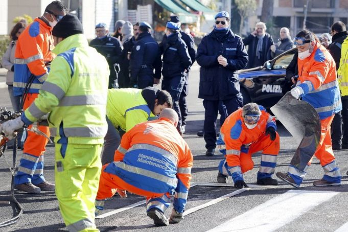 Prisoners begin fixing Rome's roads