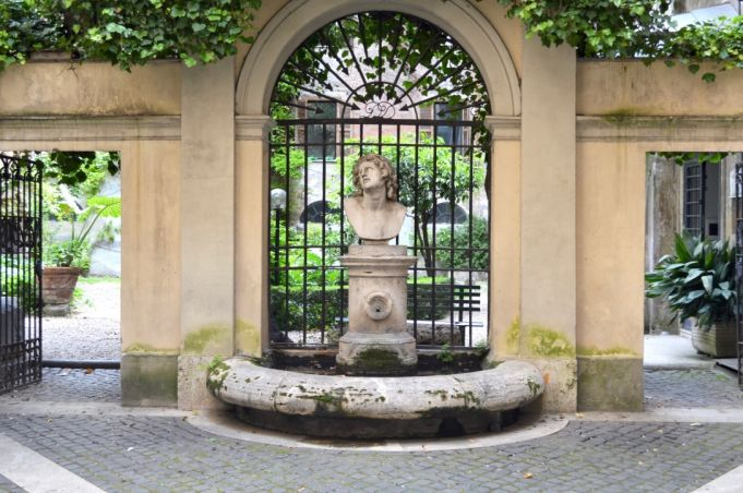Discover Rome's secret courtyards