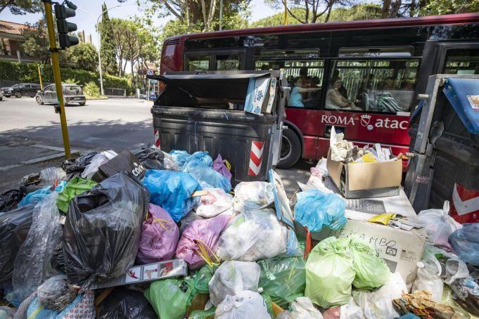 Rome's rubbish burns in heatwave