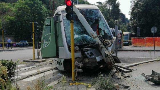 Tram derails in Rome