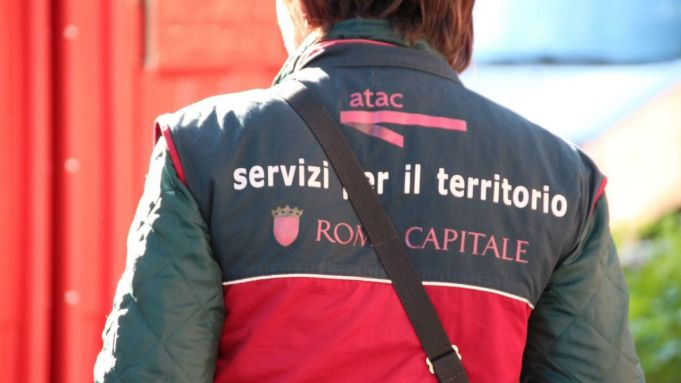 Rome bus ticket inspector asked tourists for cash to avoid fines