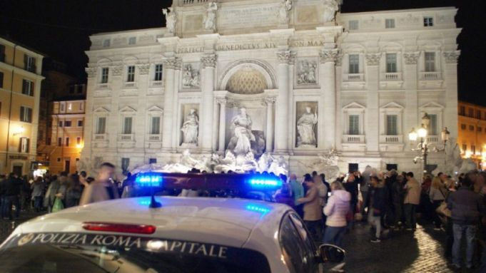 Rome: drunk tourists pour alcohol into Trevi Fountain