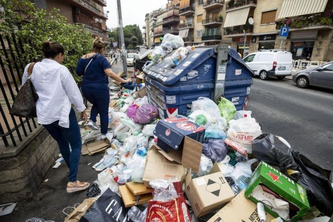 Doctors issue health warning over Rome trash