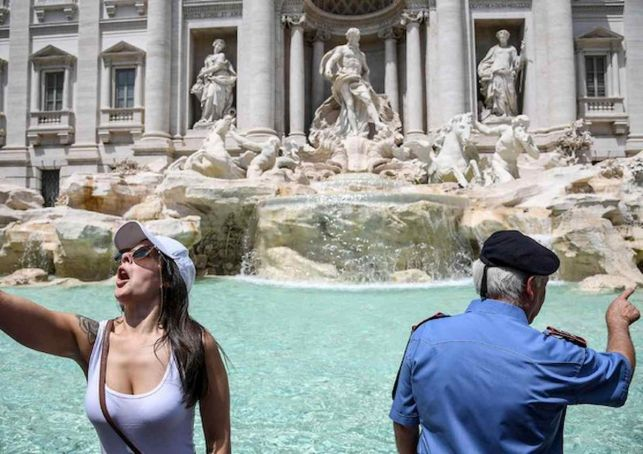 Rome to put barrier around Trevi Fountain