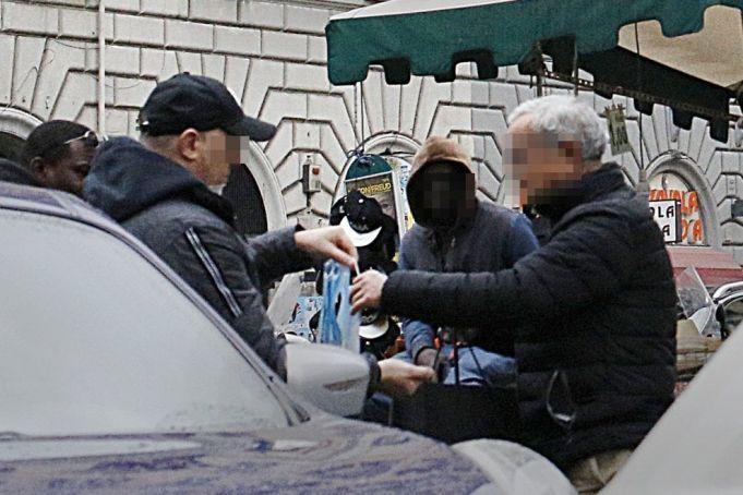 Coronavirus: face masks sold on Rome streets