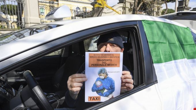 Coronavirus: Rome taxis make free home deliveries to the elderly