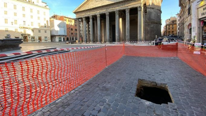Rome: sinkhole opens up in front of Pantheon