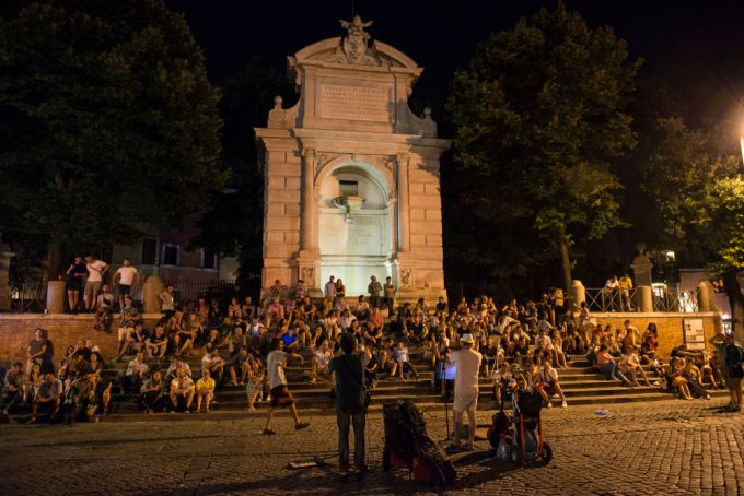 Covid-19 in Italy: Rome police seal off nightlife piazze