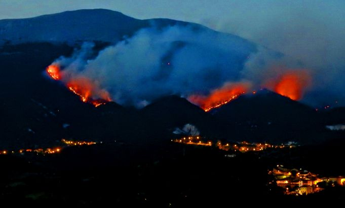 Italy: Wildfires continue to rage around L'Aquila
