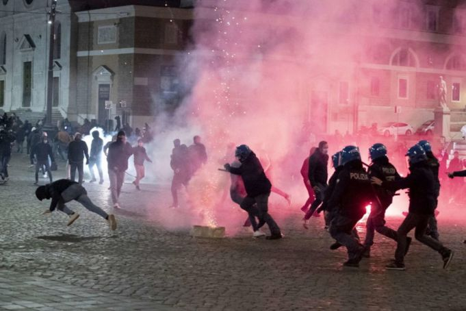 Rome: Far-right protesters clash with riot police over covid-19 curfew