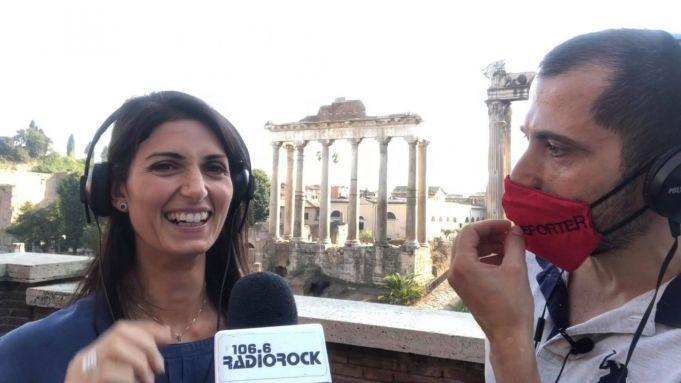 Rome mayor sings karaoke at Roman Forum