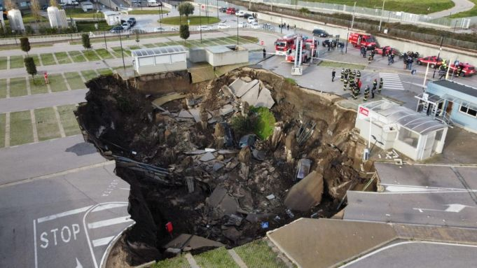 Italy: Huge sinkhole opens up at Naples hospital