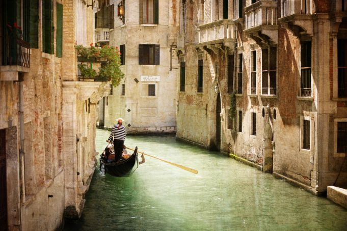Who can travel to Italy and what are the requirements to do so