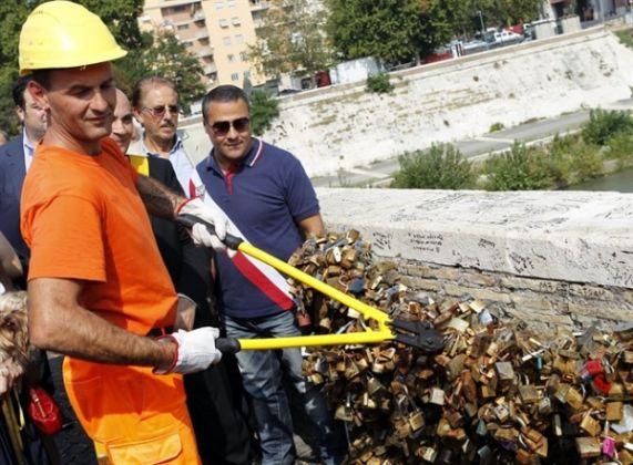Love locks removed from Rome bridge - image 2