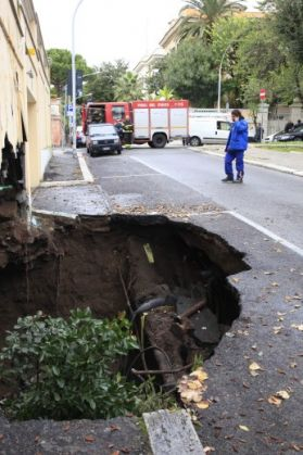 Giant potholes in Rome - image 4