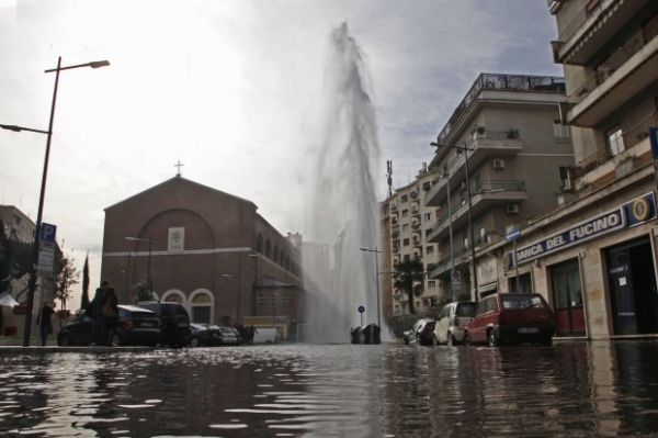 Impromptu geyser in Rome - image 3
