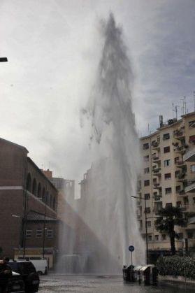 Impromptu geyser in Rome - image 2