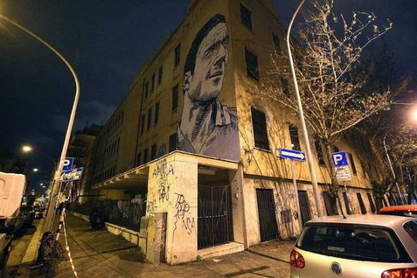 Giant mural of Totti appears in Rome - image 2