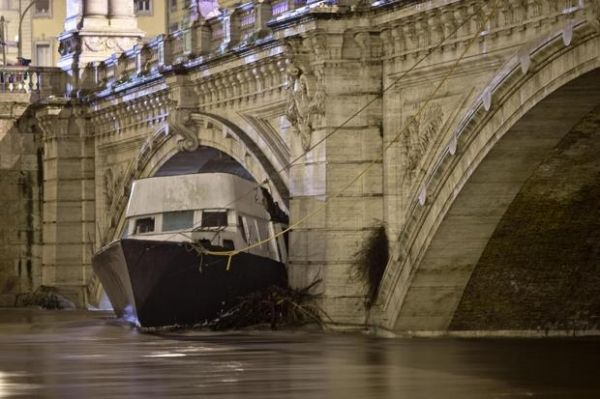 Floods cause havoc in Rome - image 2