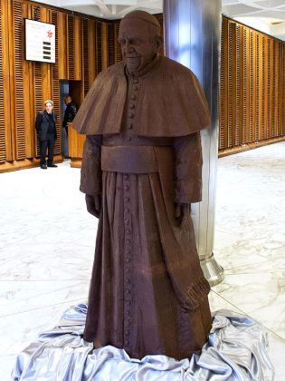 Life-size chocolate statue of Pope Francis - image 3