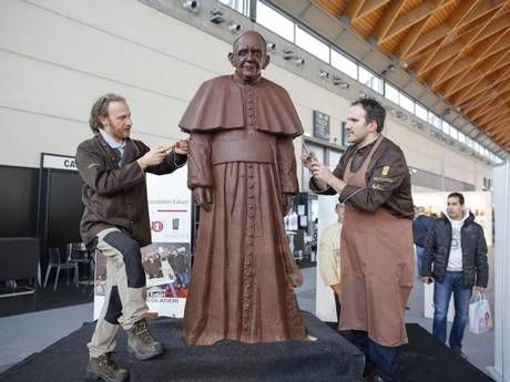 Life-size chocolate statue of Pope Francis - image 2