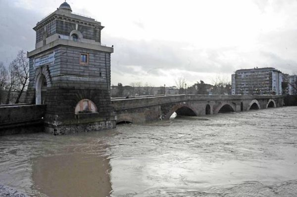 Floods cause havoc in Rome - image 3