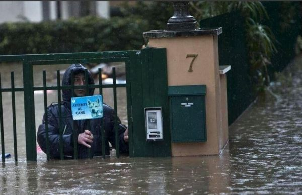 Floods cause havoc in Rome - image 4