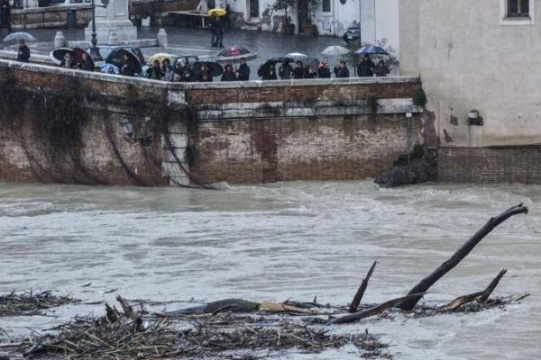 Floods cause havoc in Rome - image 1