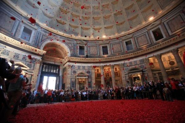 Rose petals at the Pantheon - image 4