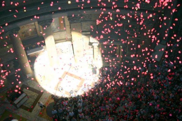Rose petals at the Pantheon - image 3