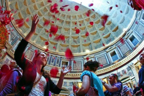 Rose petals at the Pantheon - image 2