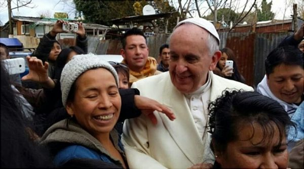 Pope Francis makes surprise visit to Rome shantytown - image 2