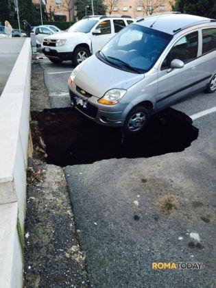 Giant pothole in Rome - image 1